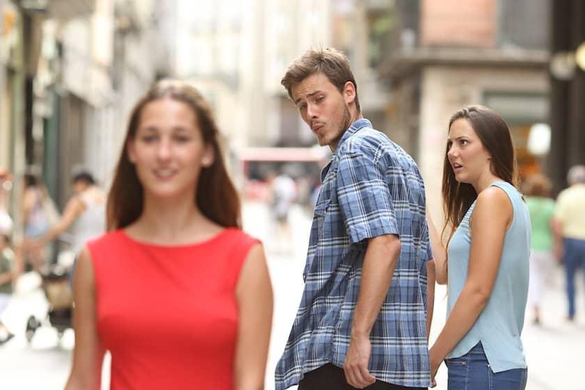 namorado distraído: casal passeando na rua de mãos dadas e ele olha para outra de vestido vermelho e a namorada indignada