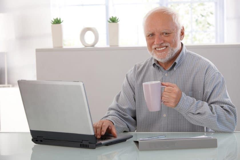 meme do homem velho com a xícara e o notebook